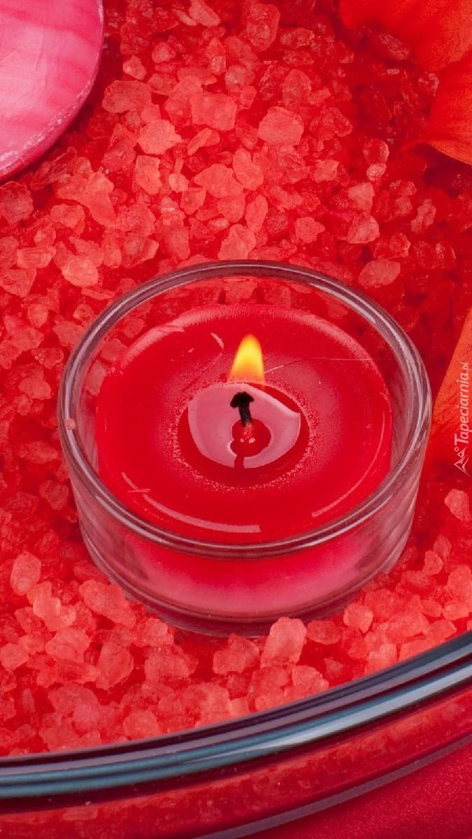 Zapalona czerwona świeczka