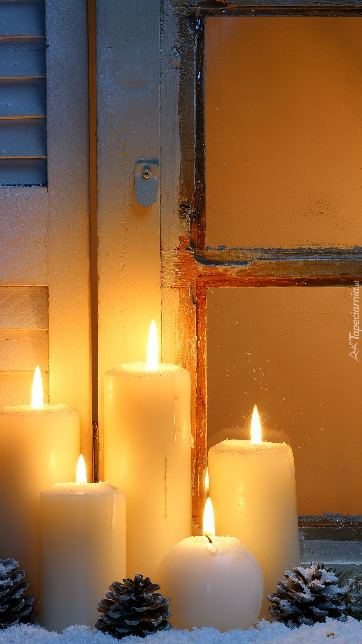 Zapalone świece na parapecie