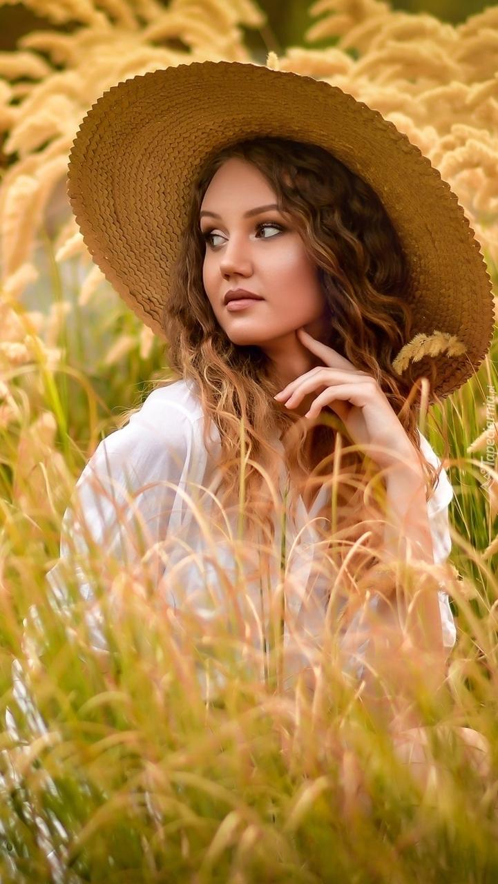 Zapatrzona kobieta w kapeluszu