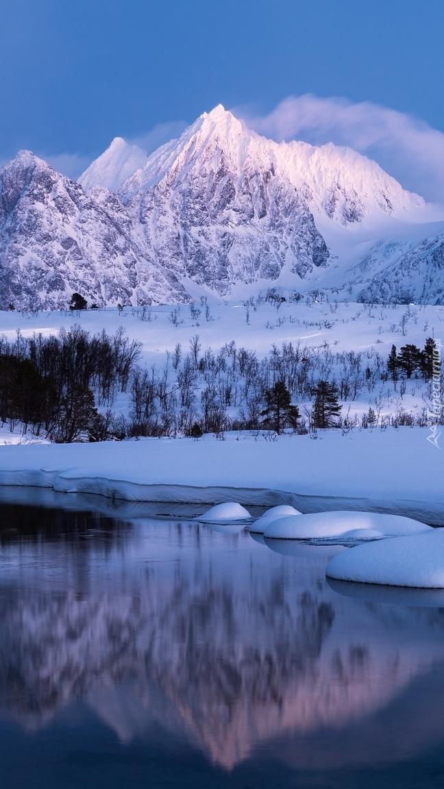 Zaśnieżona rzeka Stortindelva w Górach Śnieżnych