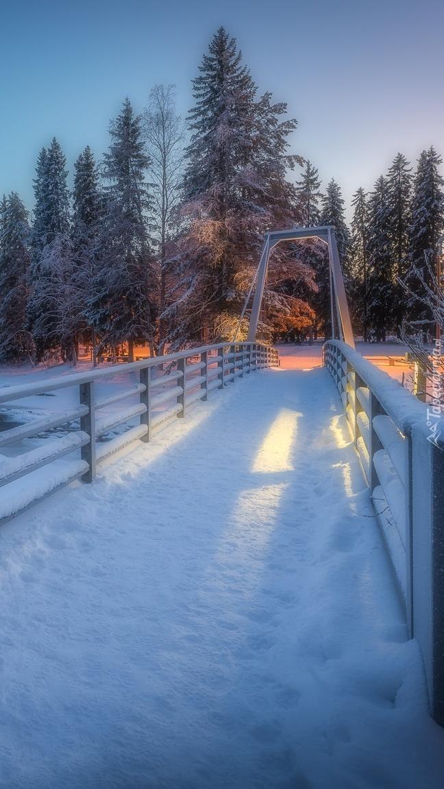 Zaśnieżony most nad rzeką