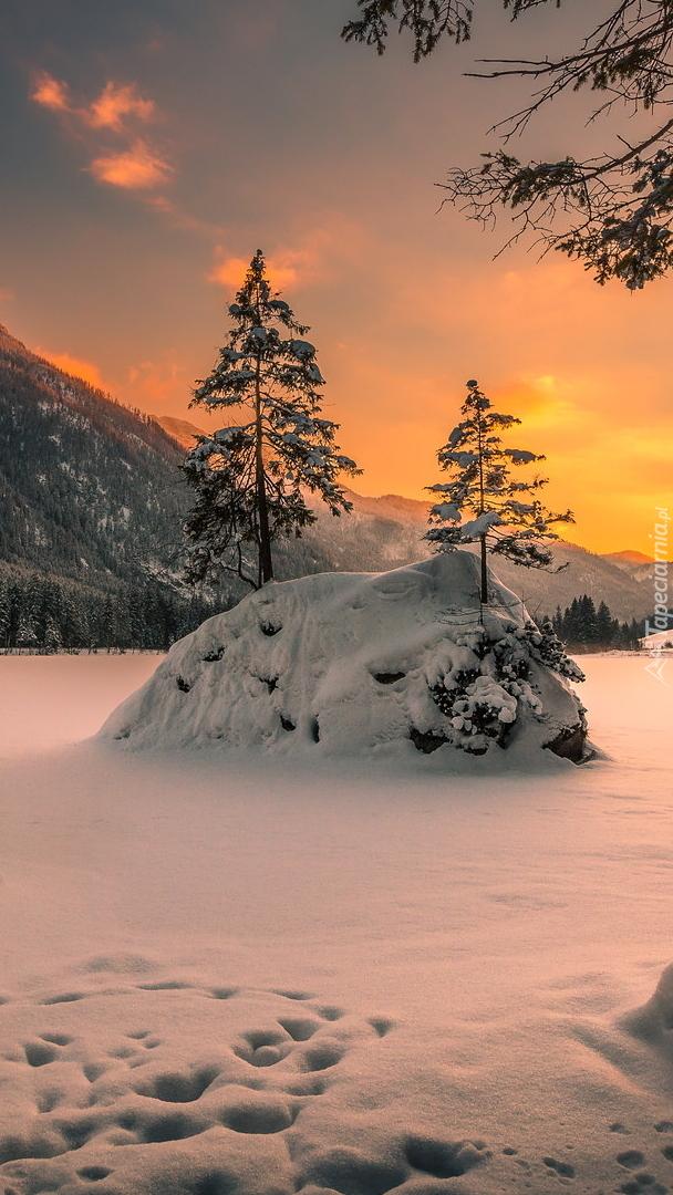 Zasypane śniegiem jezioro Hintersee