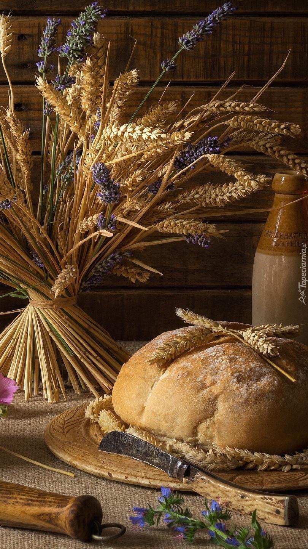 Zboże w bukiecie obok bochenka chleba