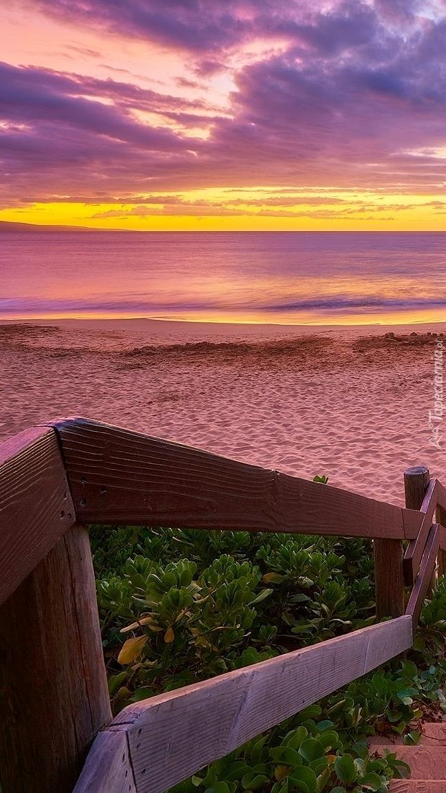 Zejście na plażę o wschodzie słońca