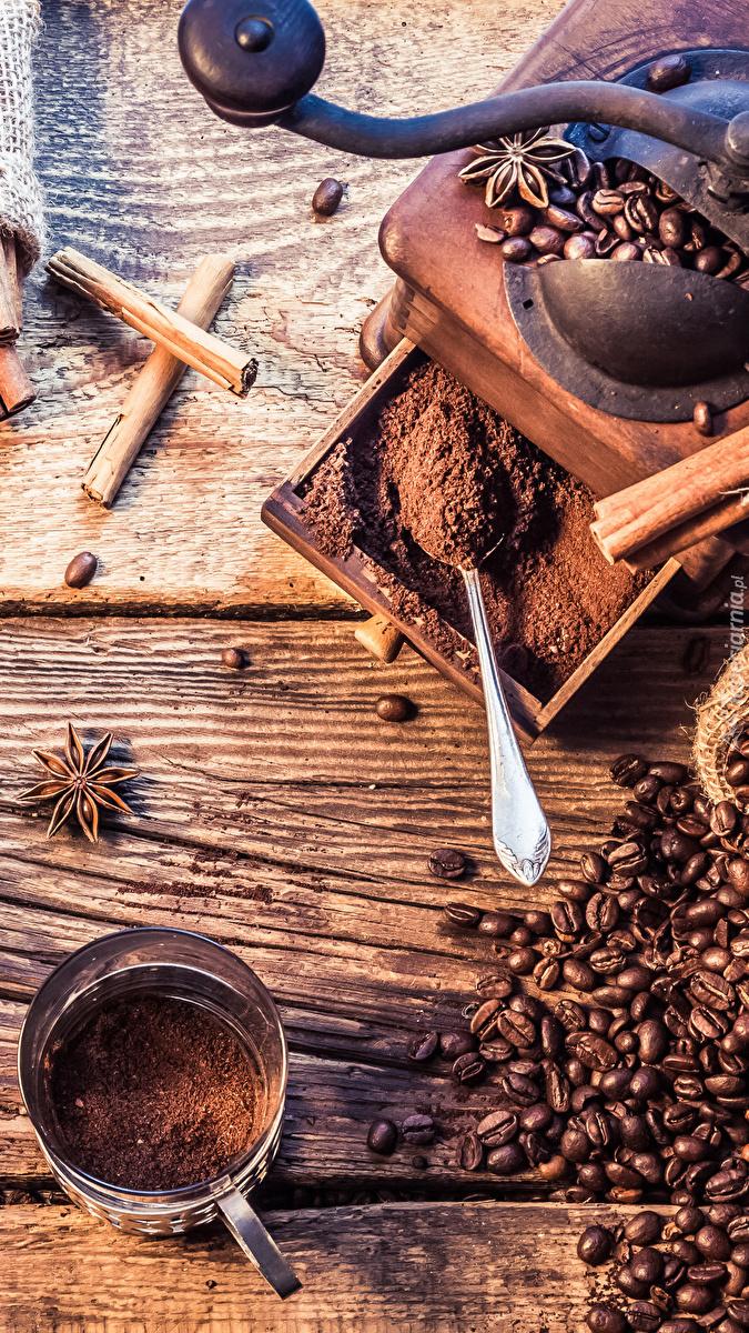 Ziarna kawy obok młynka