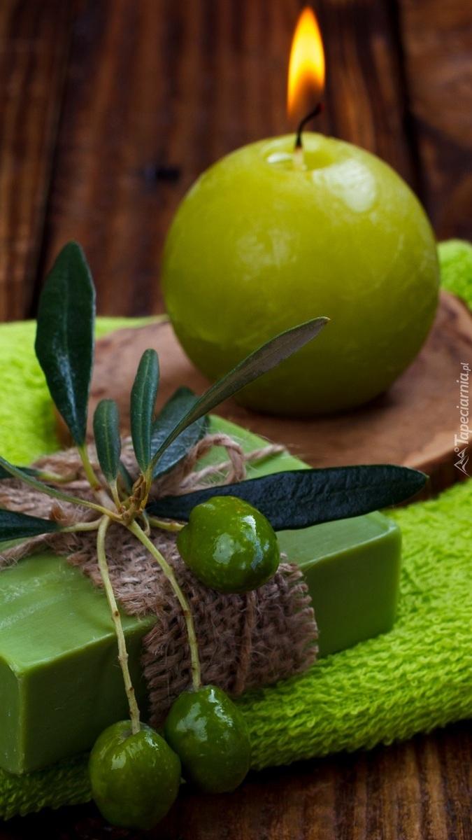 Zielona świeca obok mydła oliwkowego