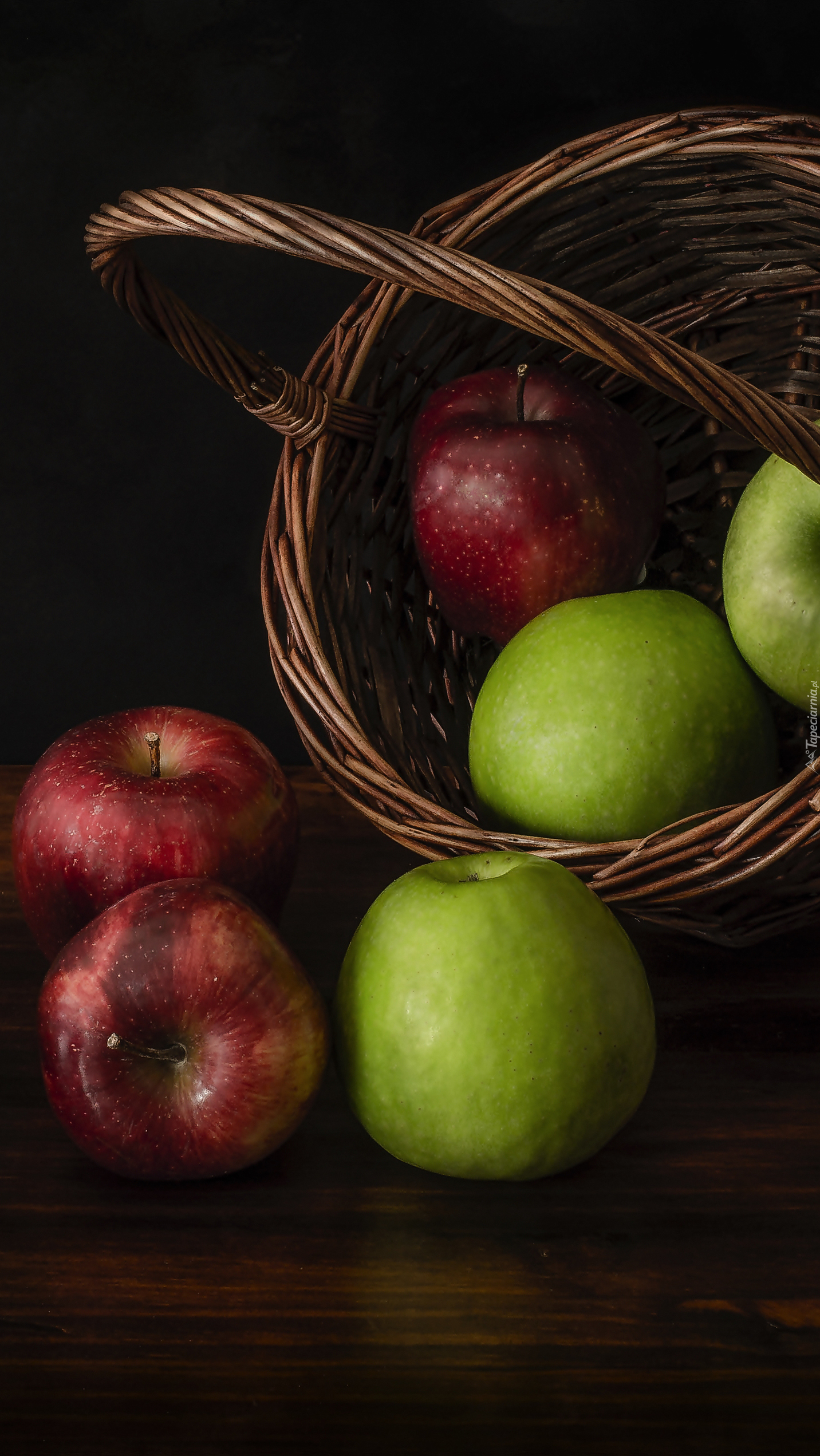 Zielone i czerwone jabłka w koszyku