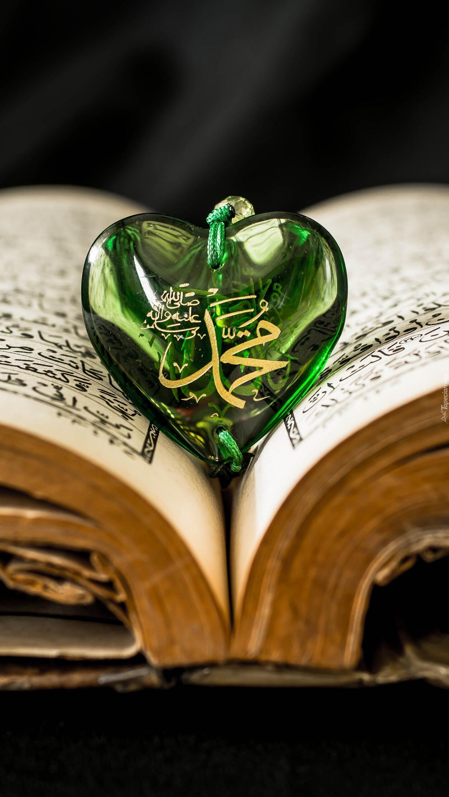 Zielone serduszko na otwartej starej księdze