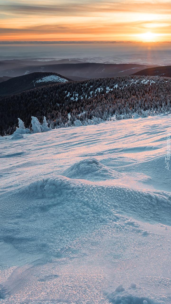 Zima w górach przy zachodzącym słońcu