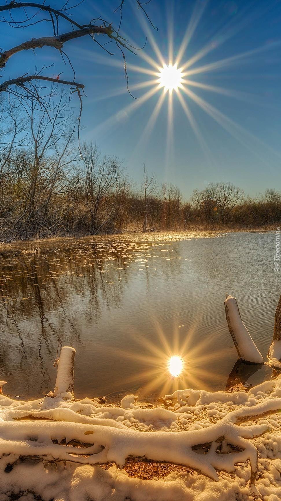 Zimowe jezioro w promieniach słońca