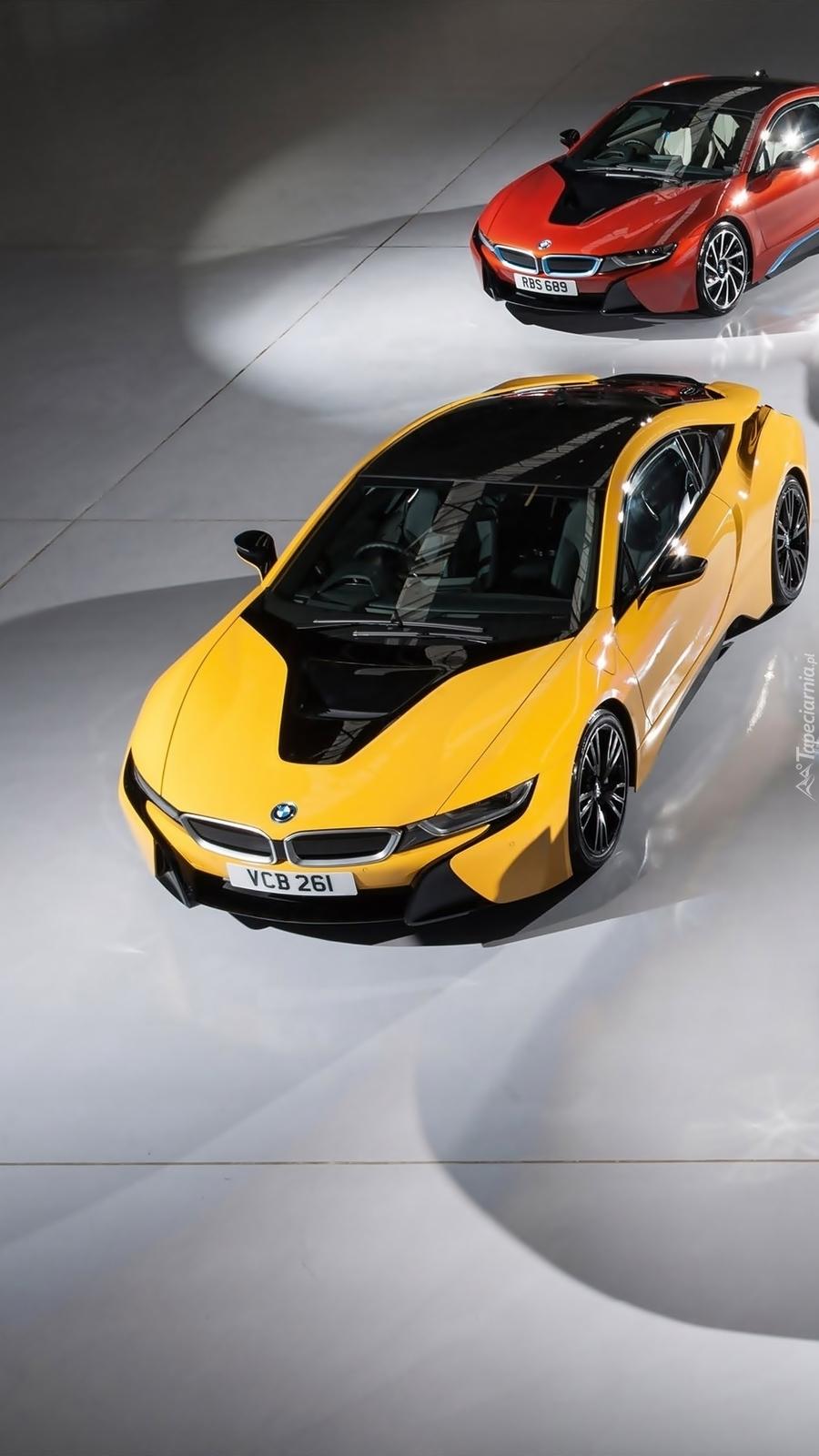 Żółte BMW a za nim czerwone