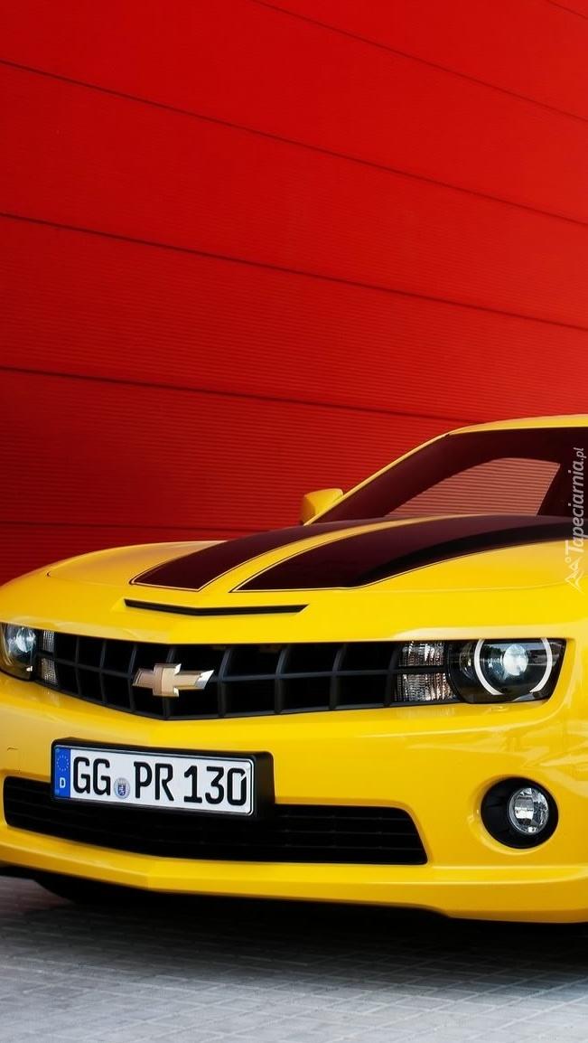 Żółty Chevrolet Camaro