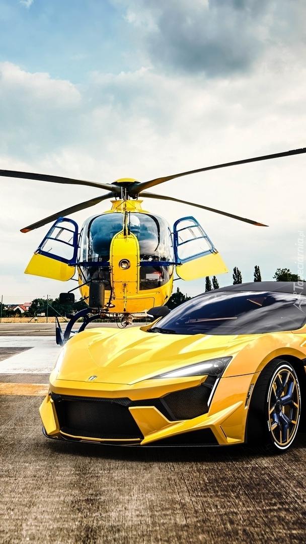 Żółty helikopter i samochód