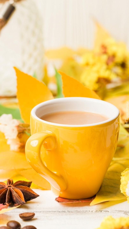 Żółty kubek z kawą