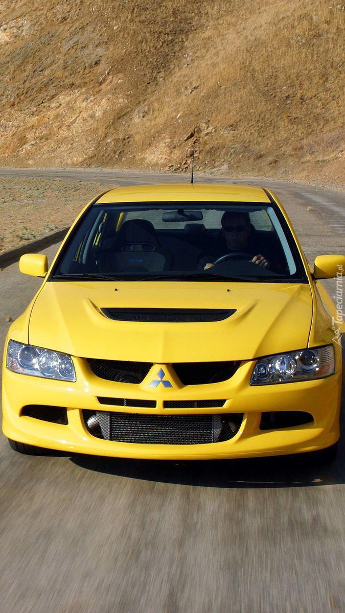 Żółty Lancer EVO na drodze