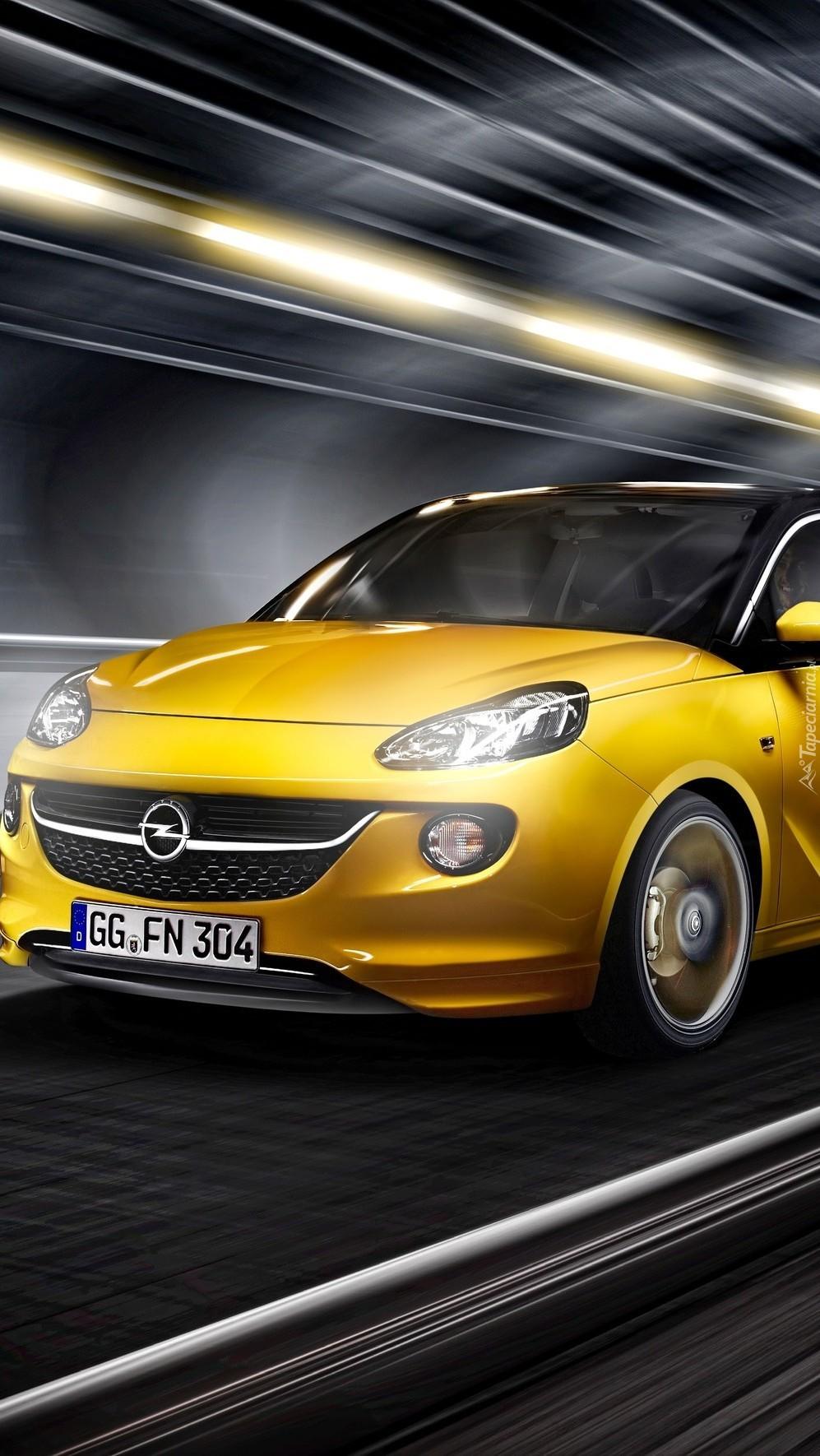 Żółty Opel na drodze