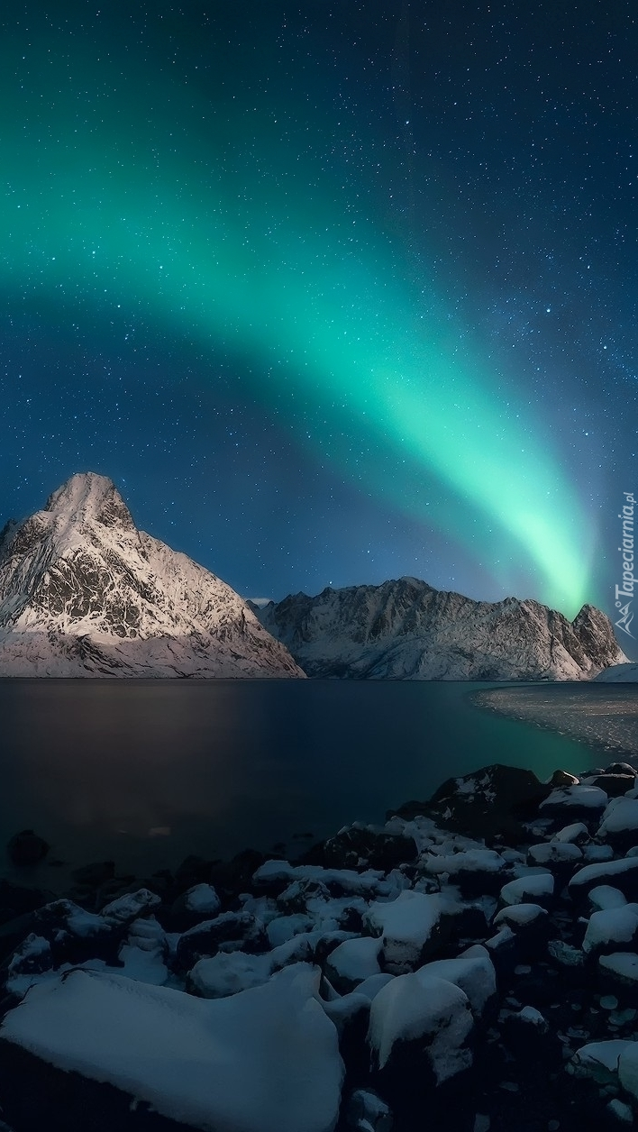 Zorza polarna nad górami i morzem