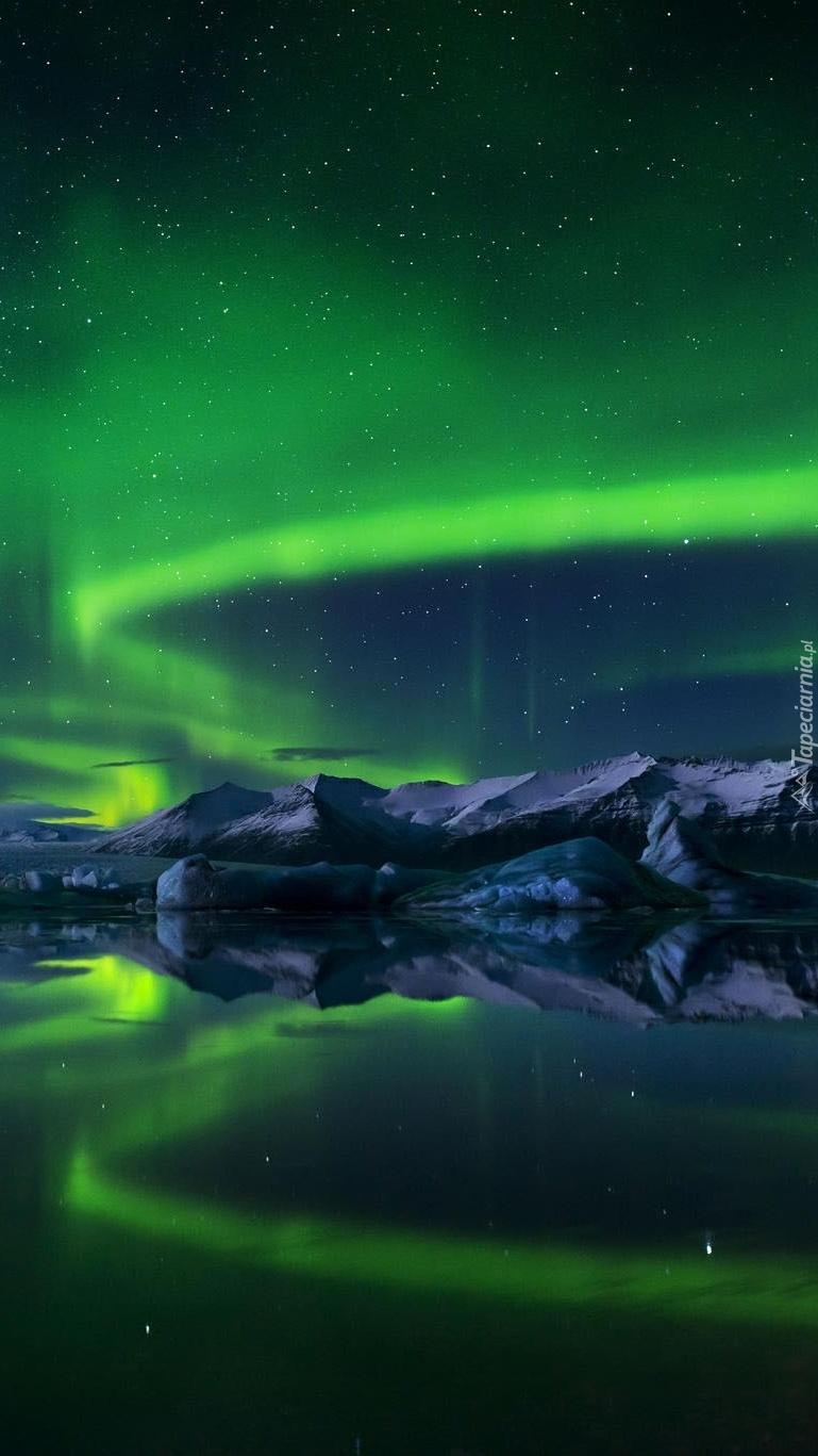 Zorza polarna nad górskim jeziorem