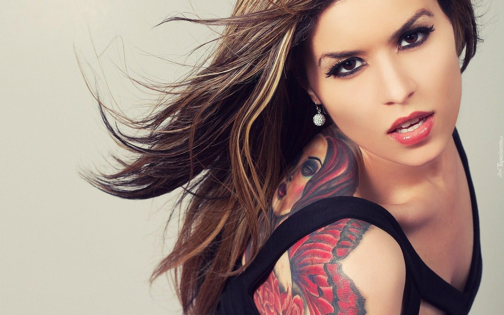 Brunetka Makijaż Tatuaż
