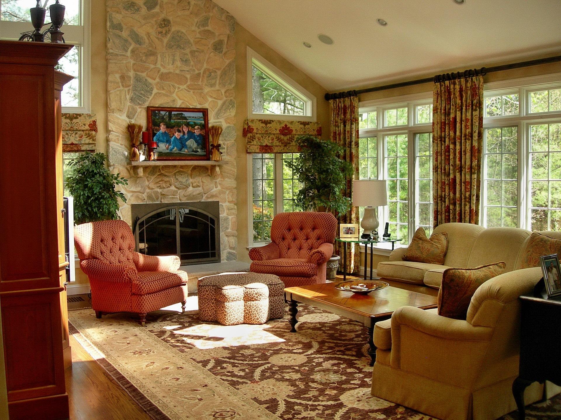 Przytulny salon okna kominek fotele for Casa de estilo campestre