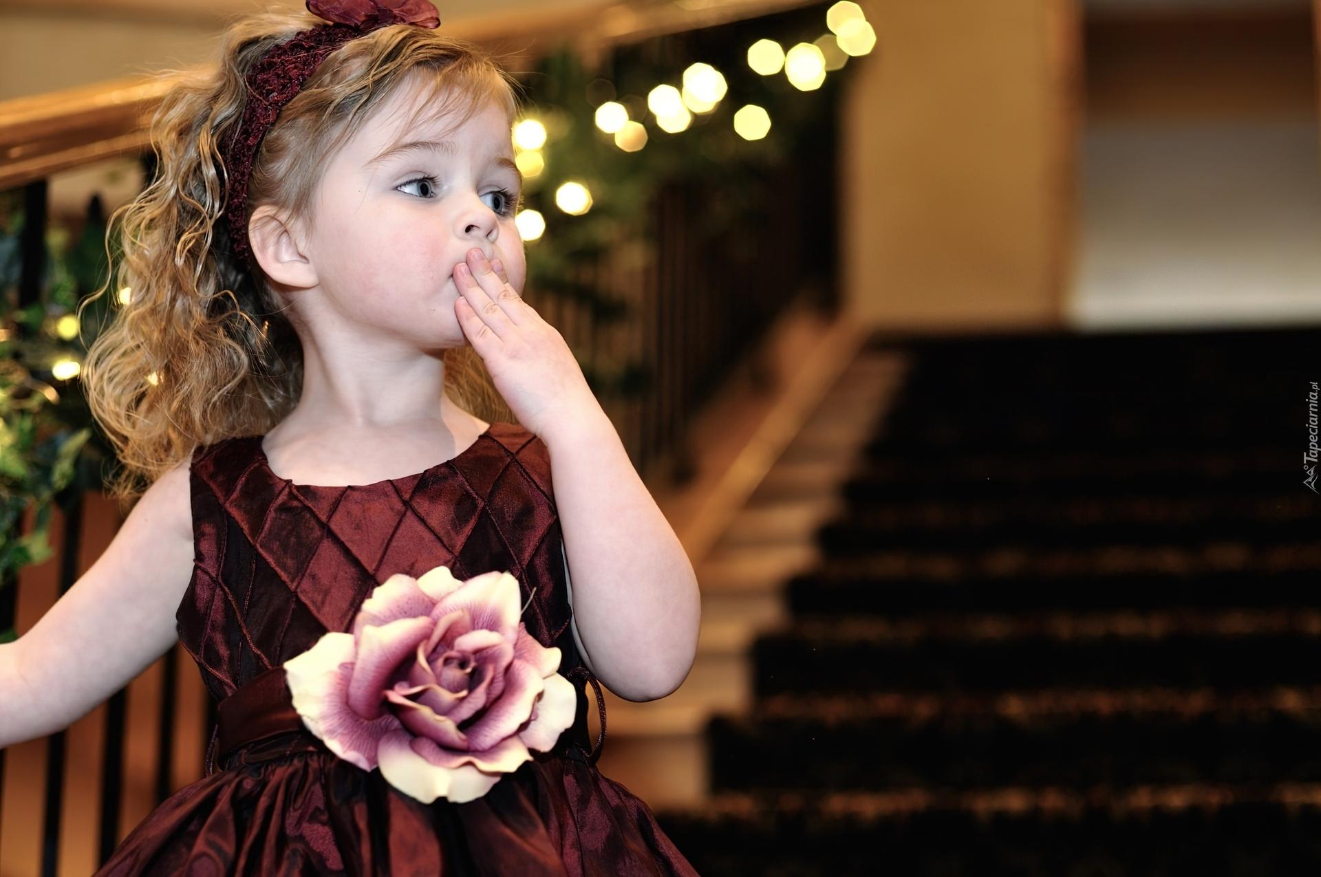 Zdziwiona dziewczynka sukienka r a opaska schody - Boy with rose wallpaper ...
