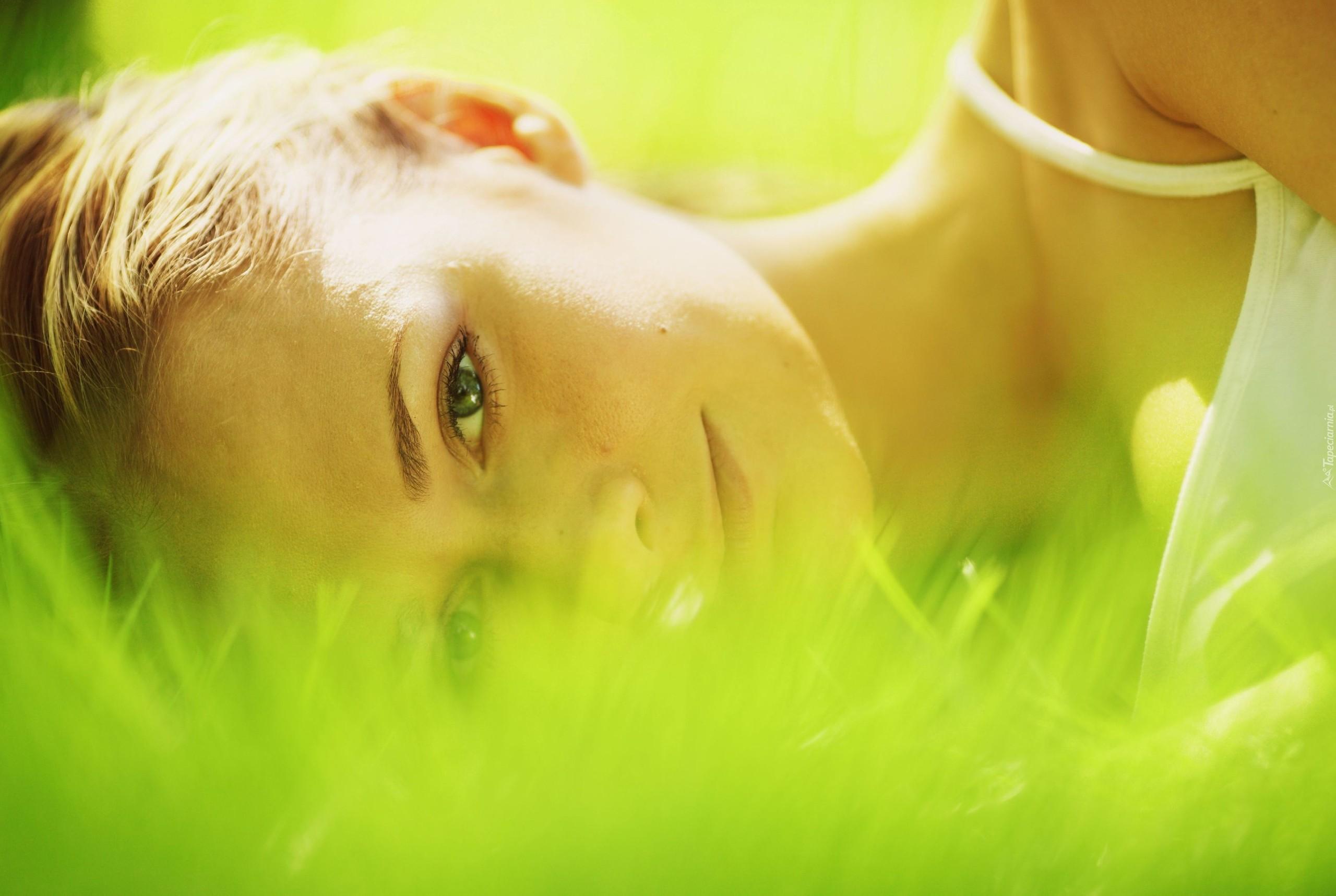 Девушка в зелени бесплатно