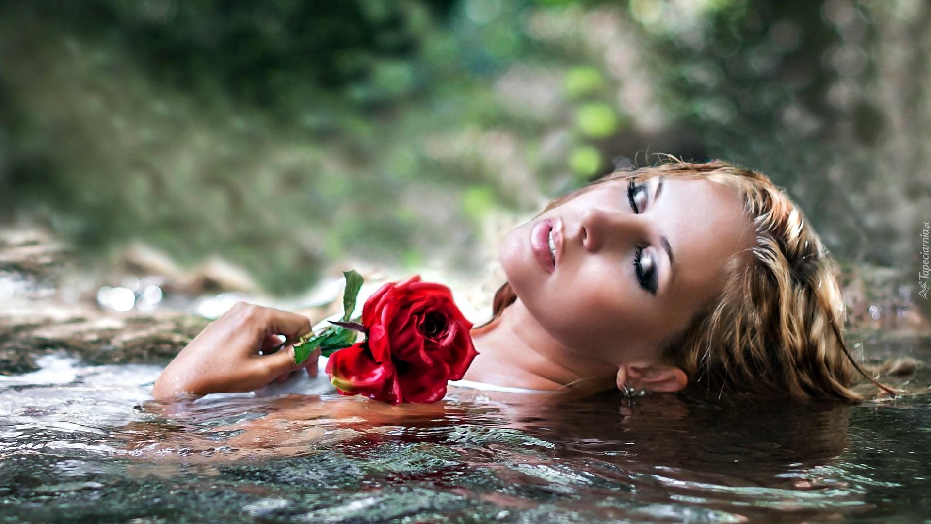 Kobieta, Z Różą, W Wodzie, Zbliżenie