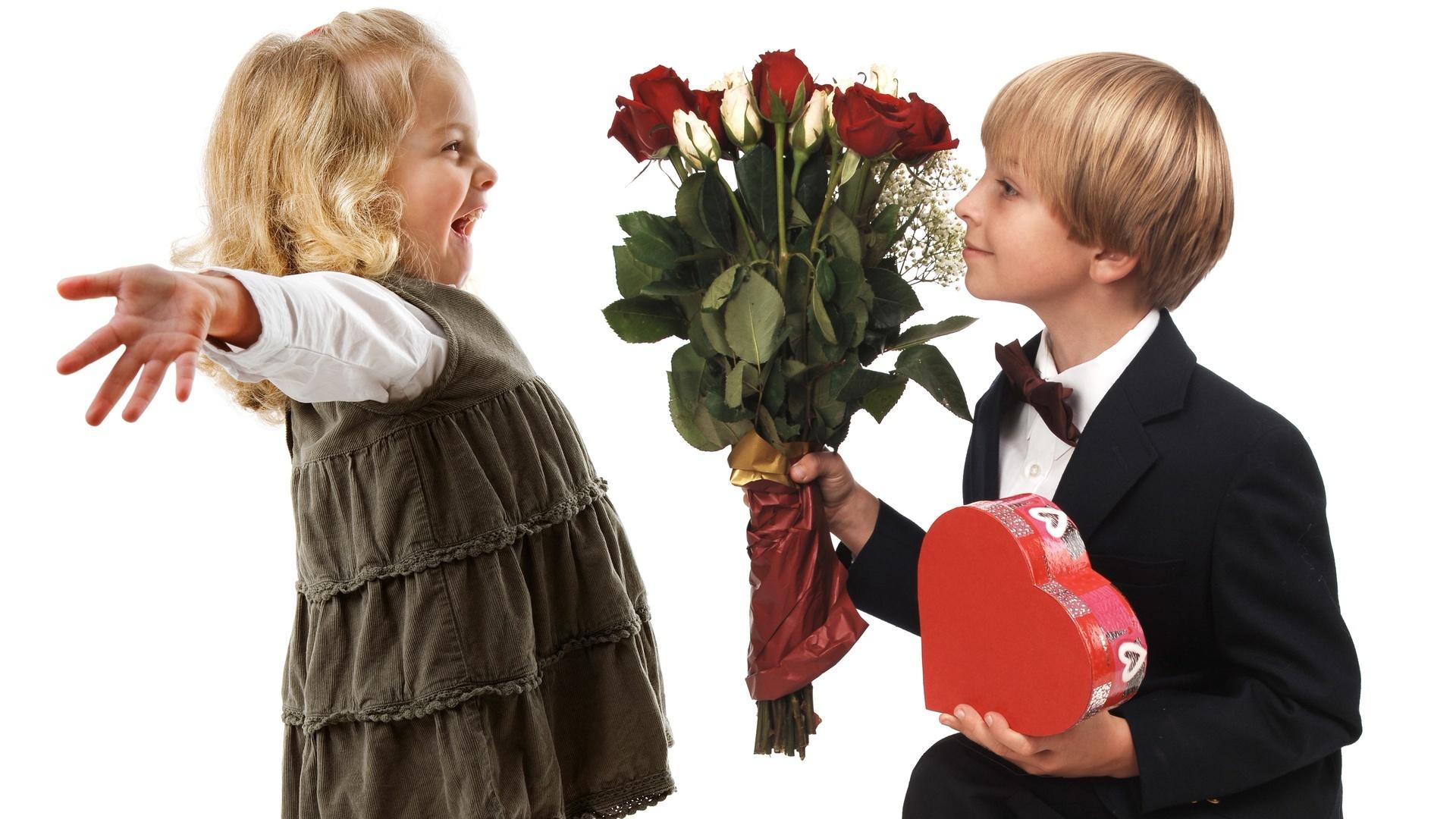 Картинки мальчик дарит цветы а девочка держит биту