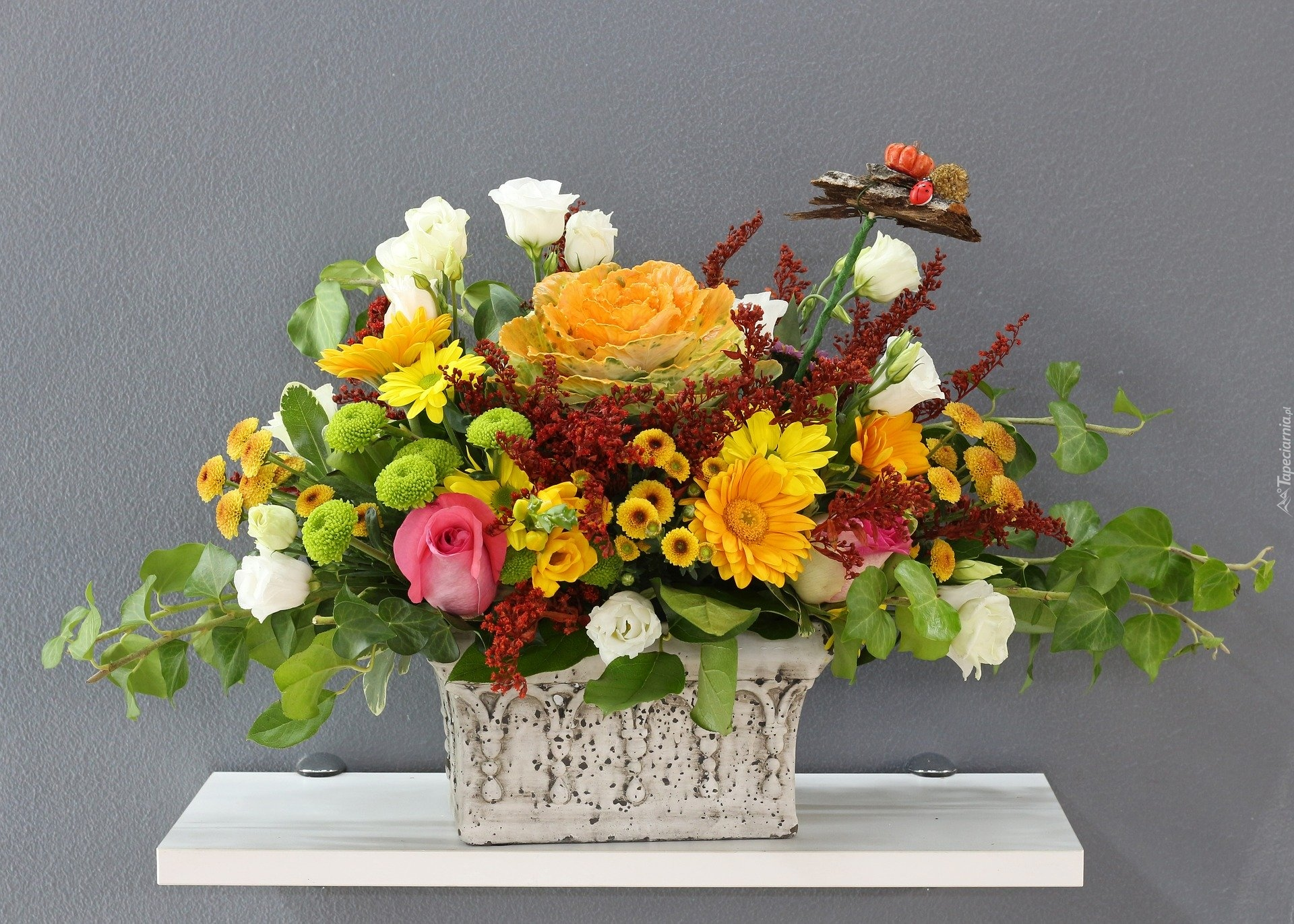 tapeta-bukiet-kwiatow-w-prostokatnym-wazonie.jpg