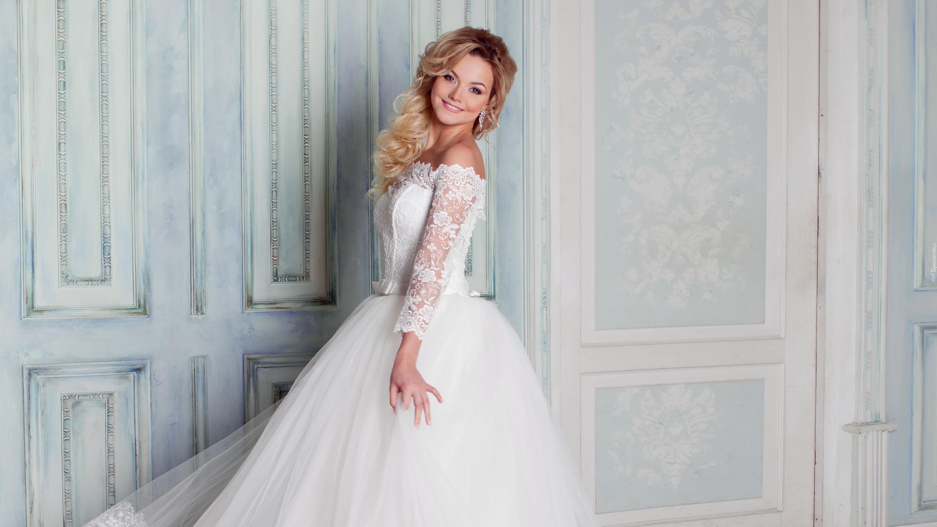 32df29aebe Dziewczyna w ślubnej sukni