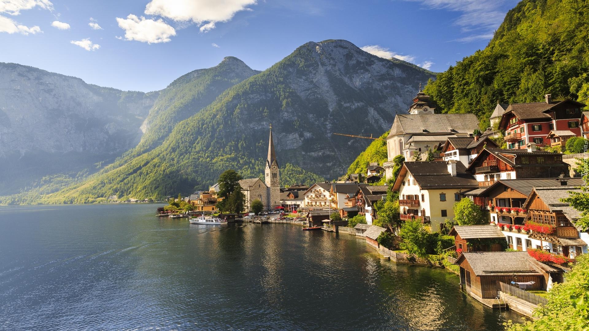 Hallstatt nad jeziorem Hallstättersee w Alpach