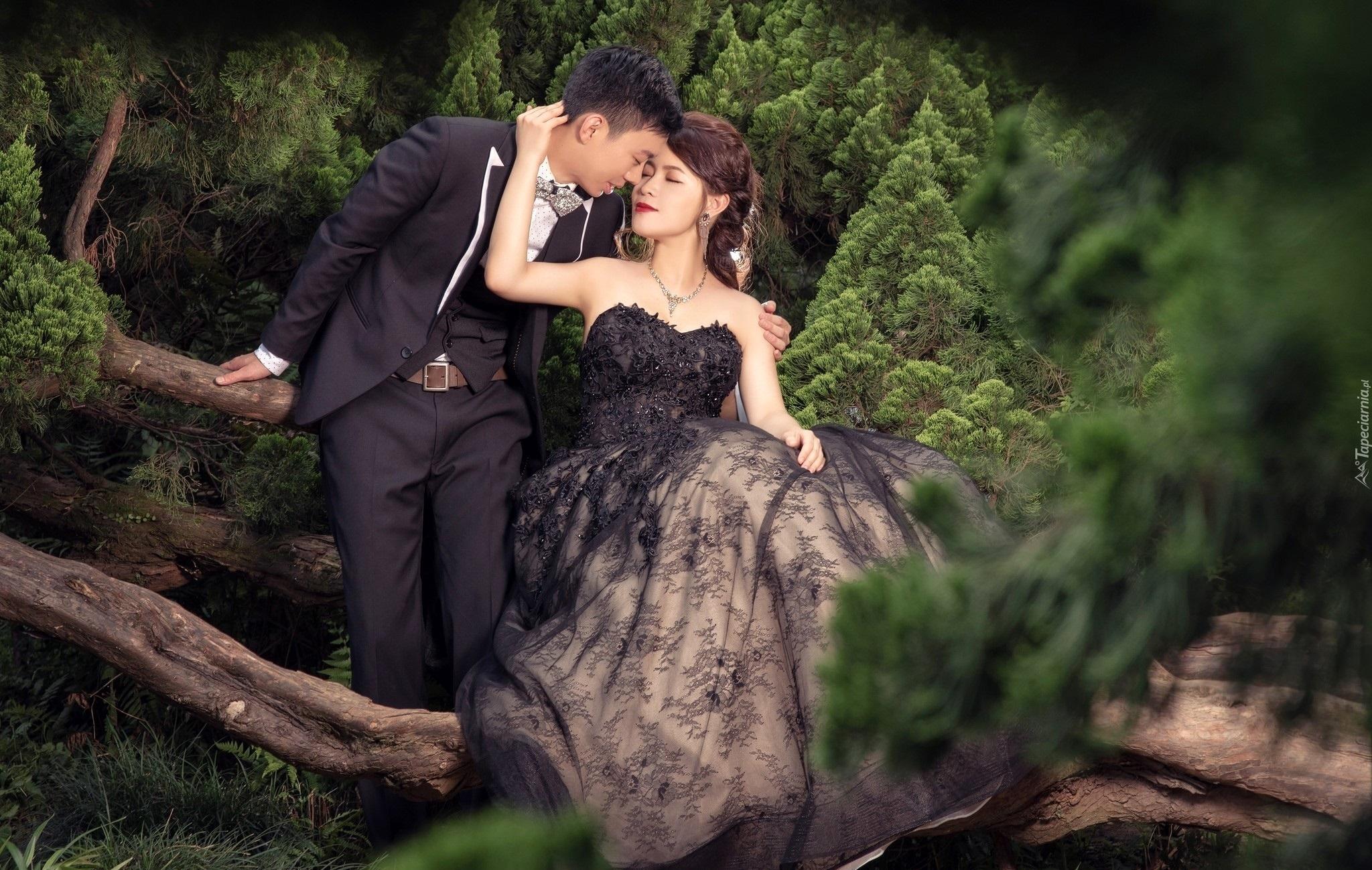 Kobieta I Mężczyzna W Lesie Między Konarami Drzew