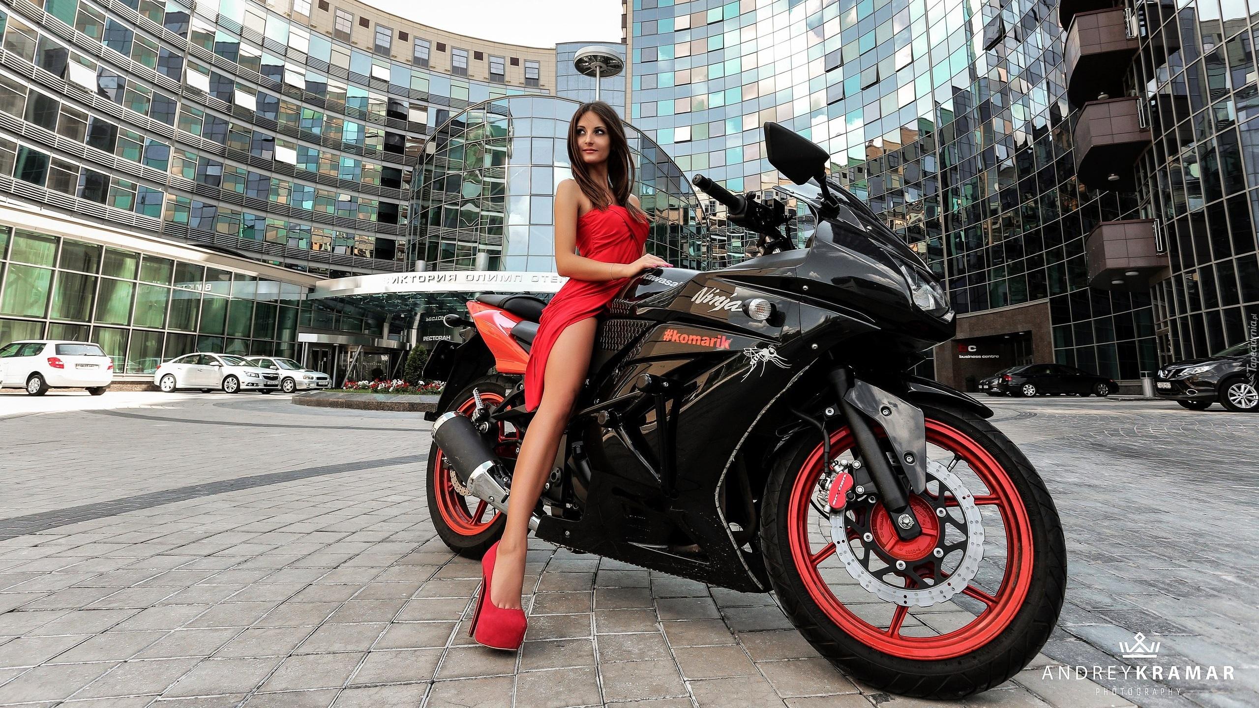 Kawasaki Enduro 650 >> Kobieta w czerwonej sukience na motocyklu Kawasaki Ninja
