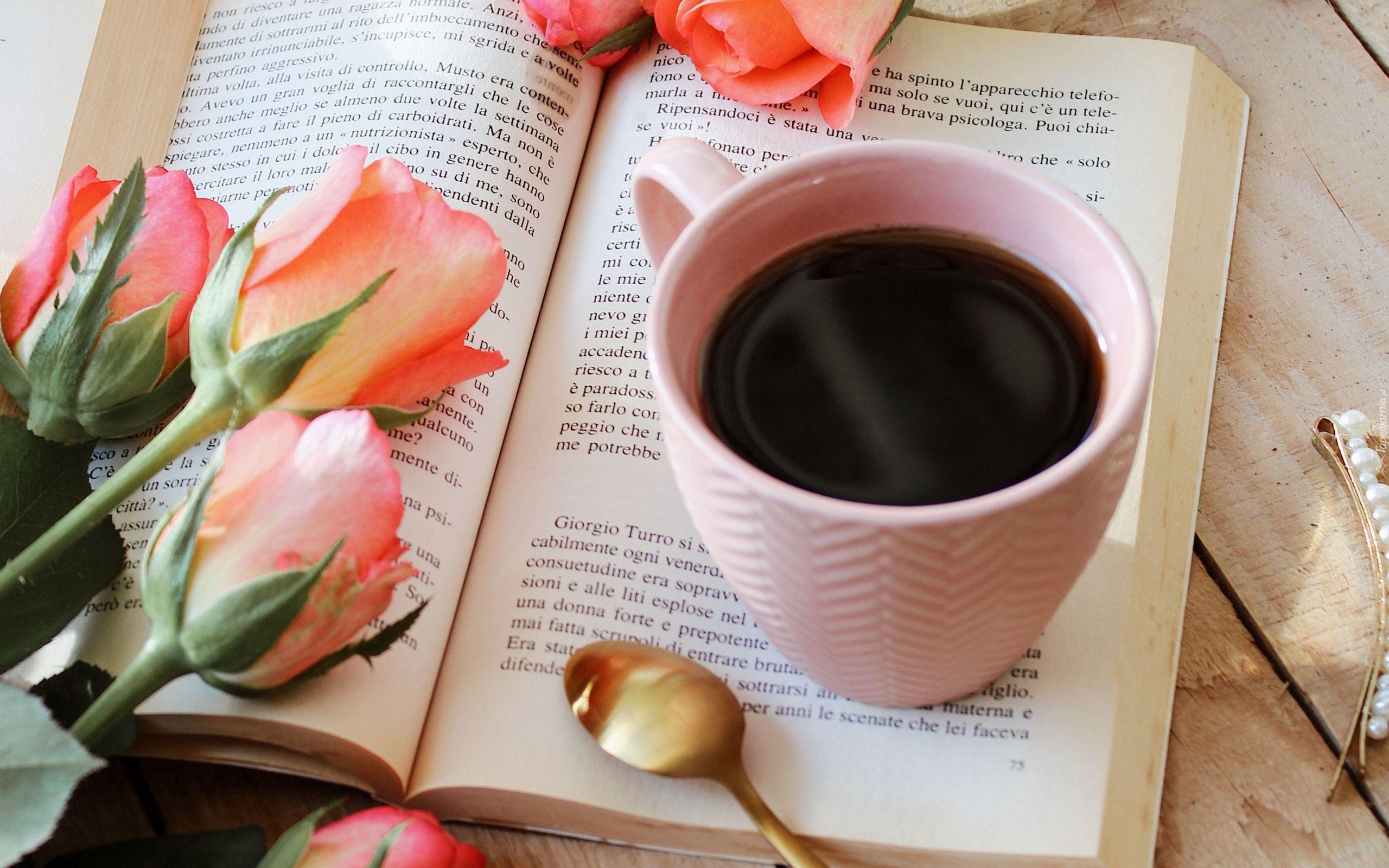 tapeta-kubek-kawy-na-otwartej-ksiazce-obok-roz.jpg