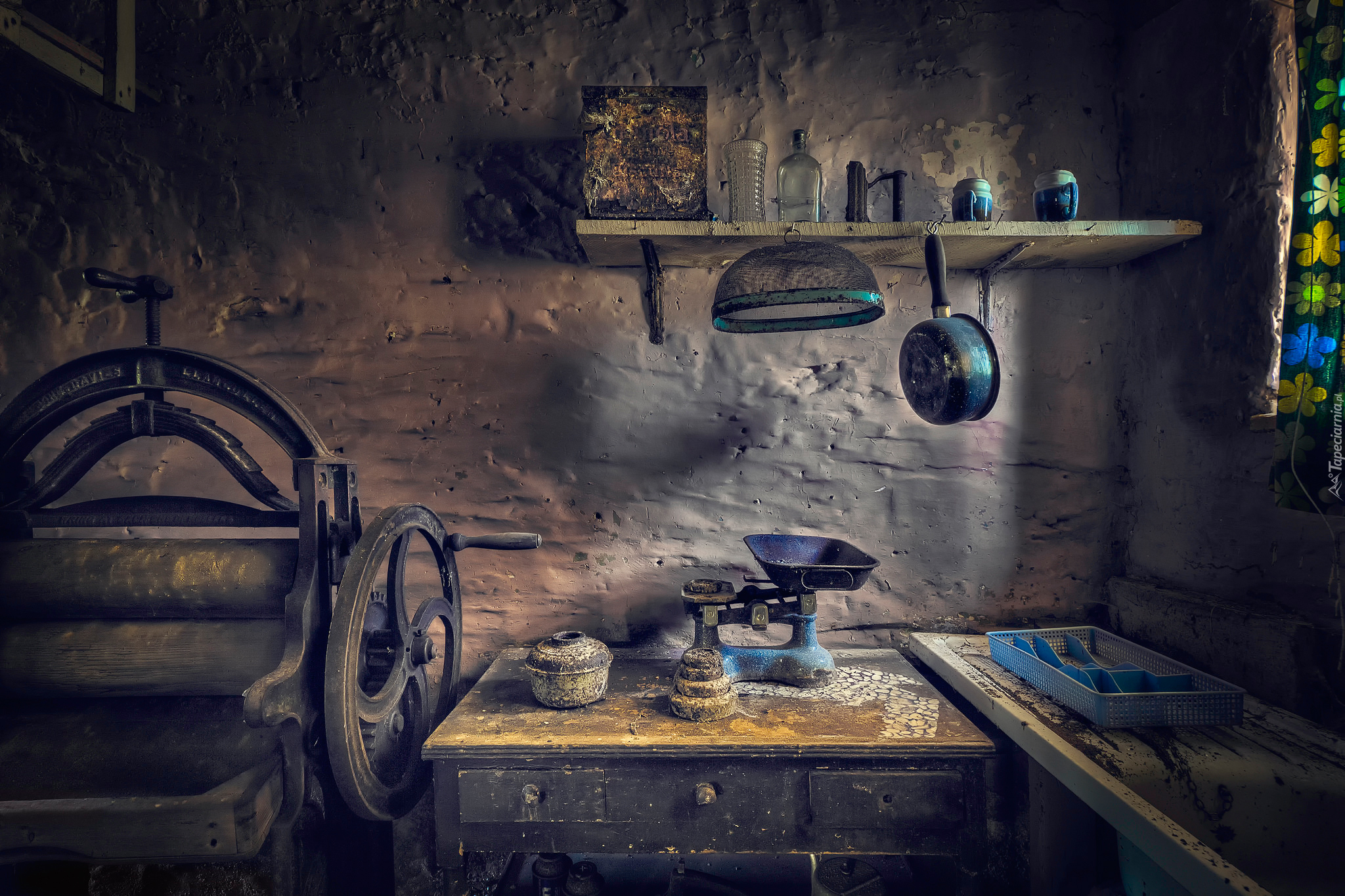 Magiel Ręczny W Starej Zniszczonej Kuchni