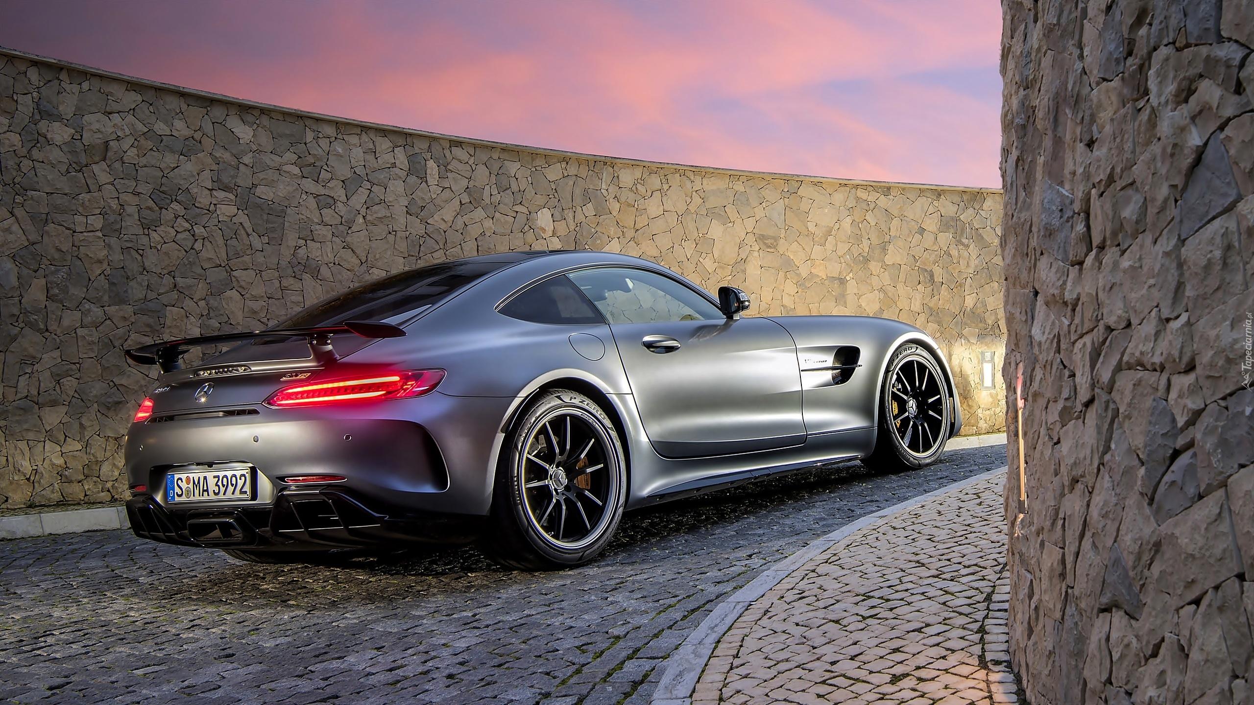 Mercedes Benz Devon >> Mercedes AMG GT R rocznik 2016 na wybrukowanej uliczce