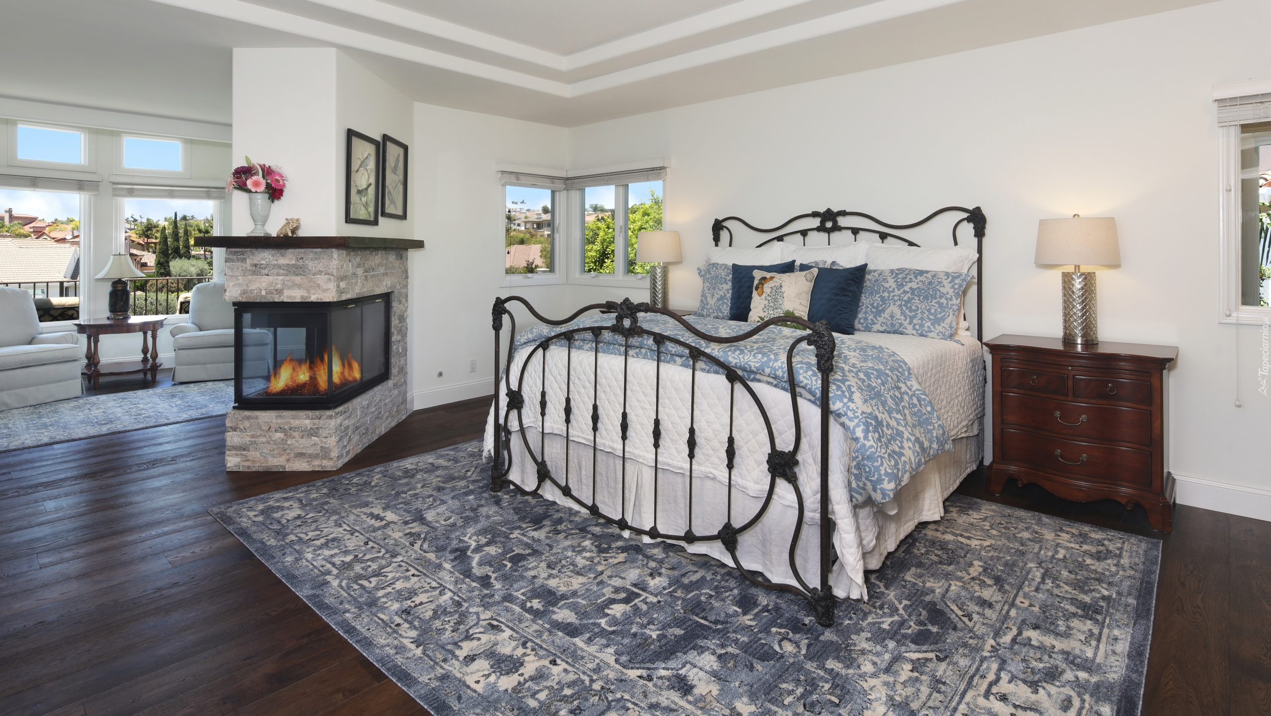 Metalowe łóżko I Kominek W Sypialni
