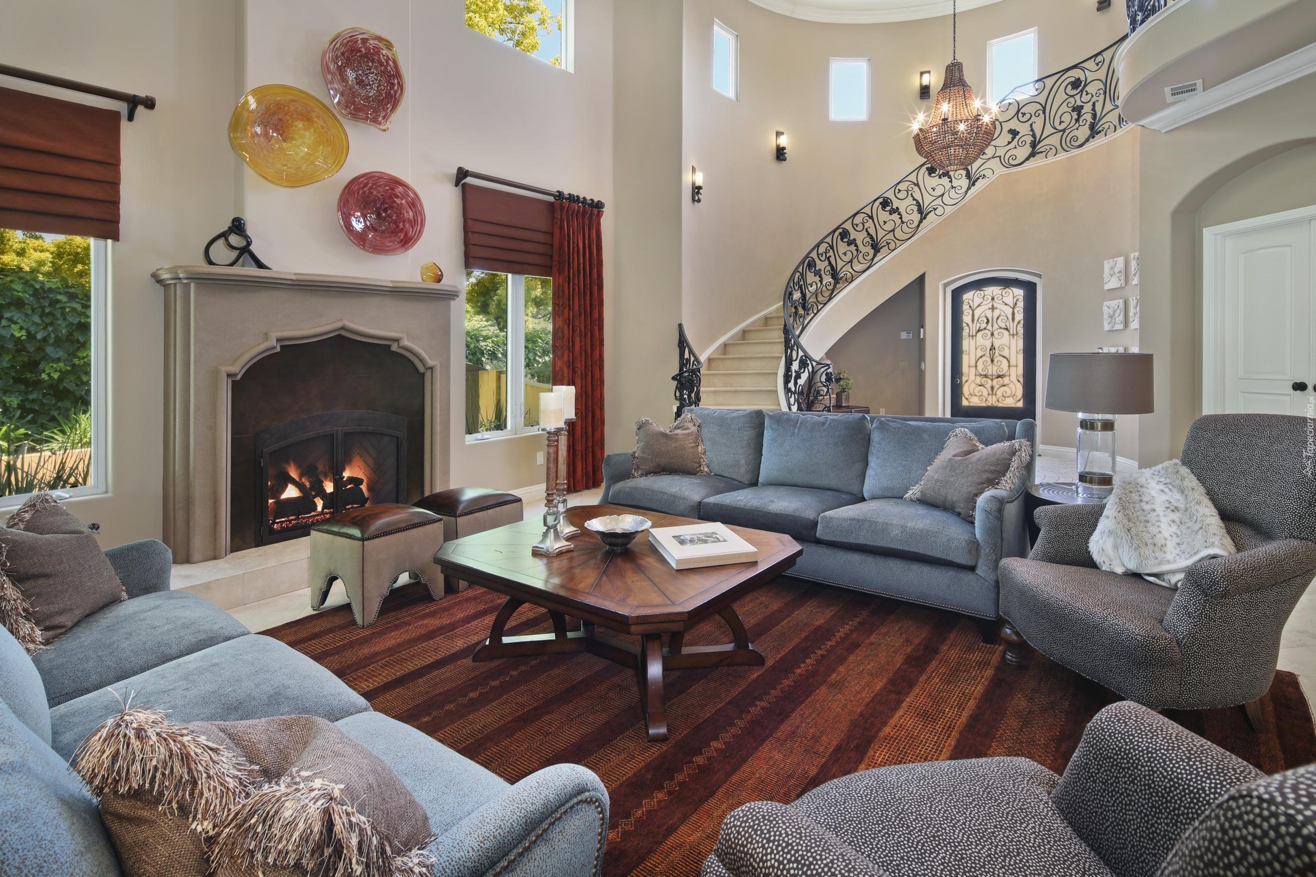Popielaty komplet wypoczynkowy w salonie z kominkiem - Decorar casas por dentro ...