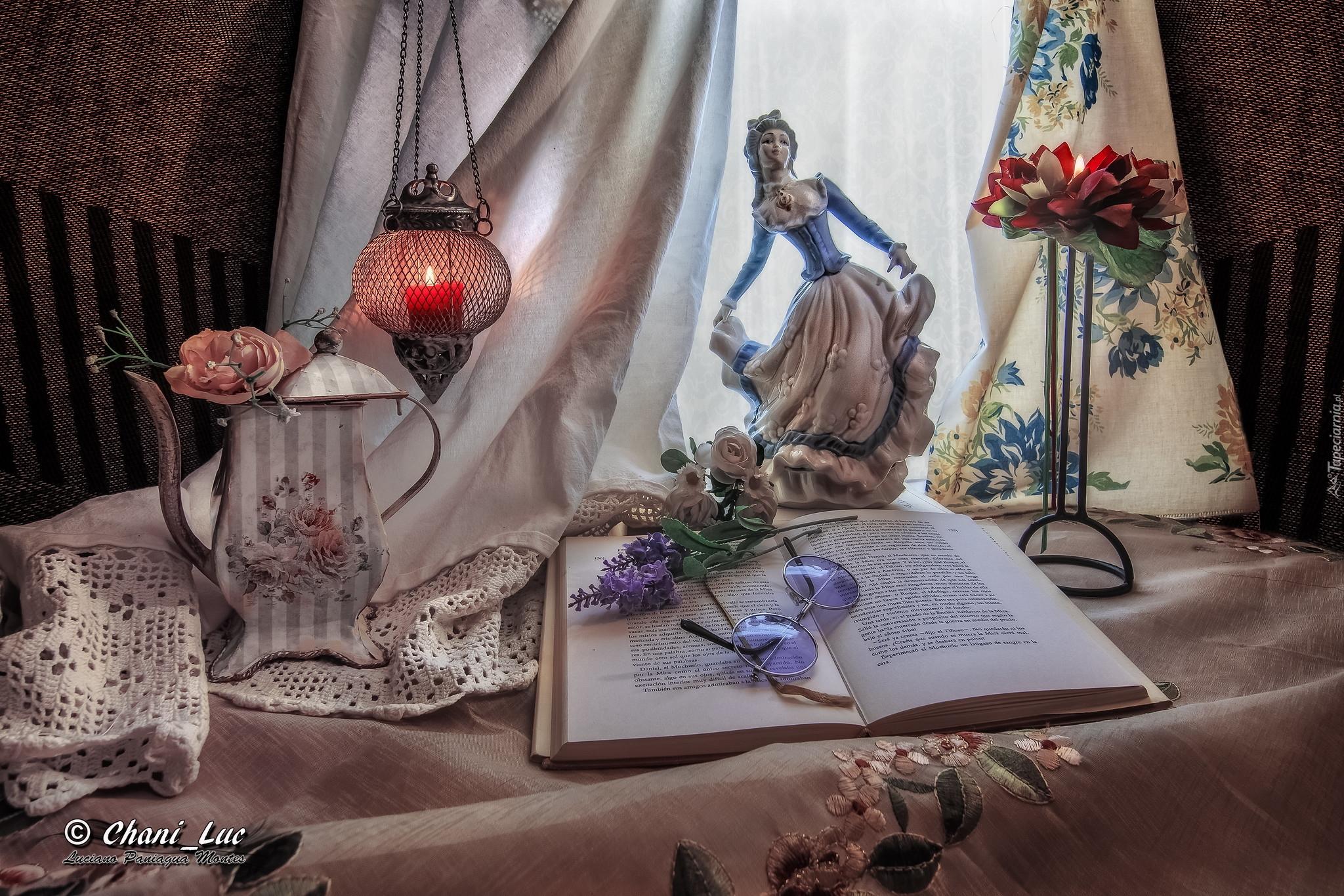 tapeta-porcelanowa-figurka-obok-ksiazki-i-dzbanka.jpg