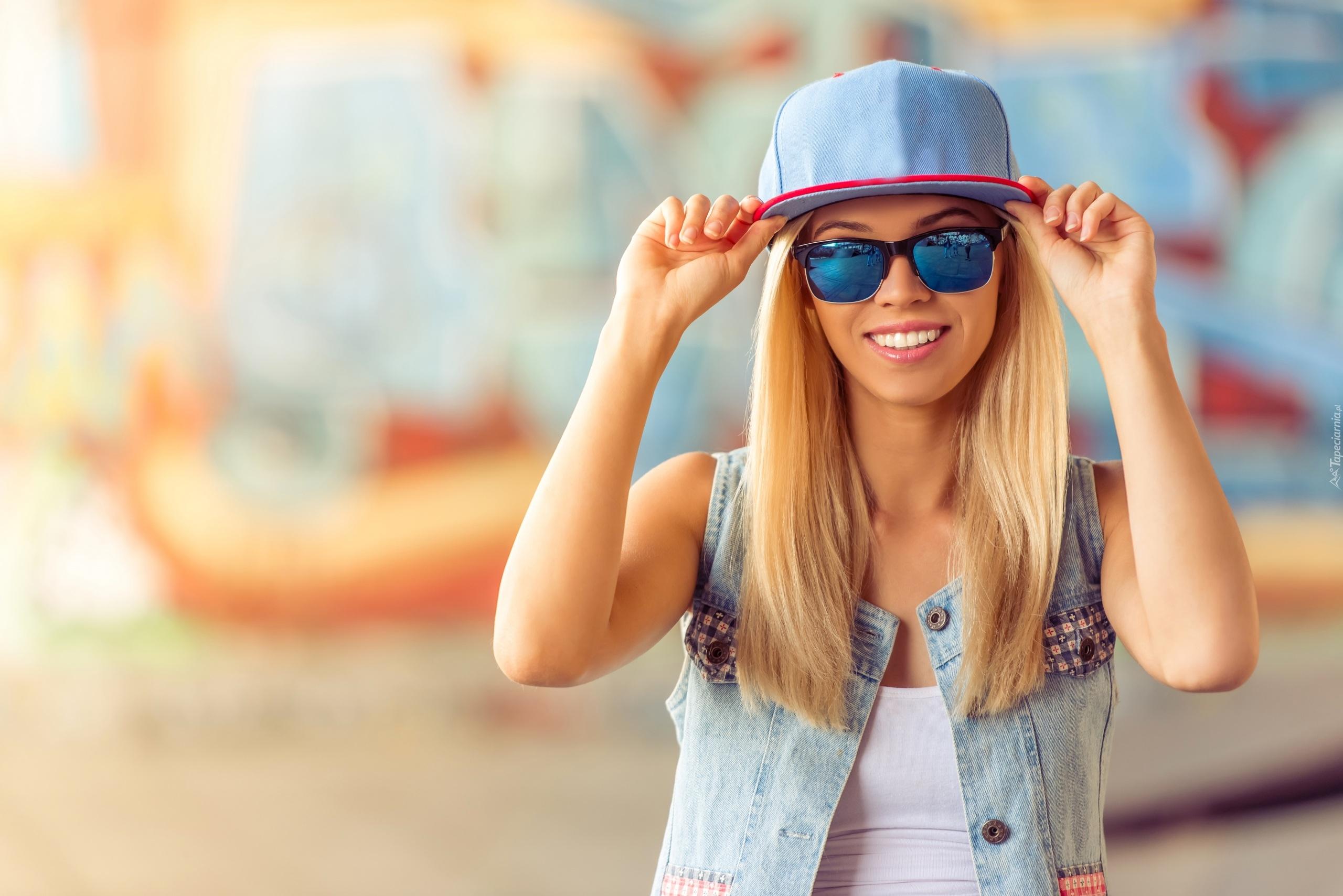 Radosna Blondynka W Okularach Przeciwsłonecznych I Czapce