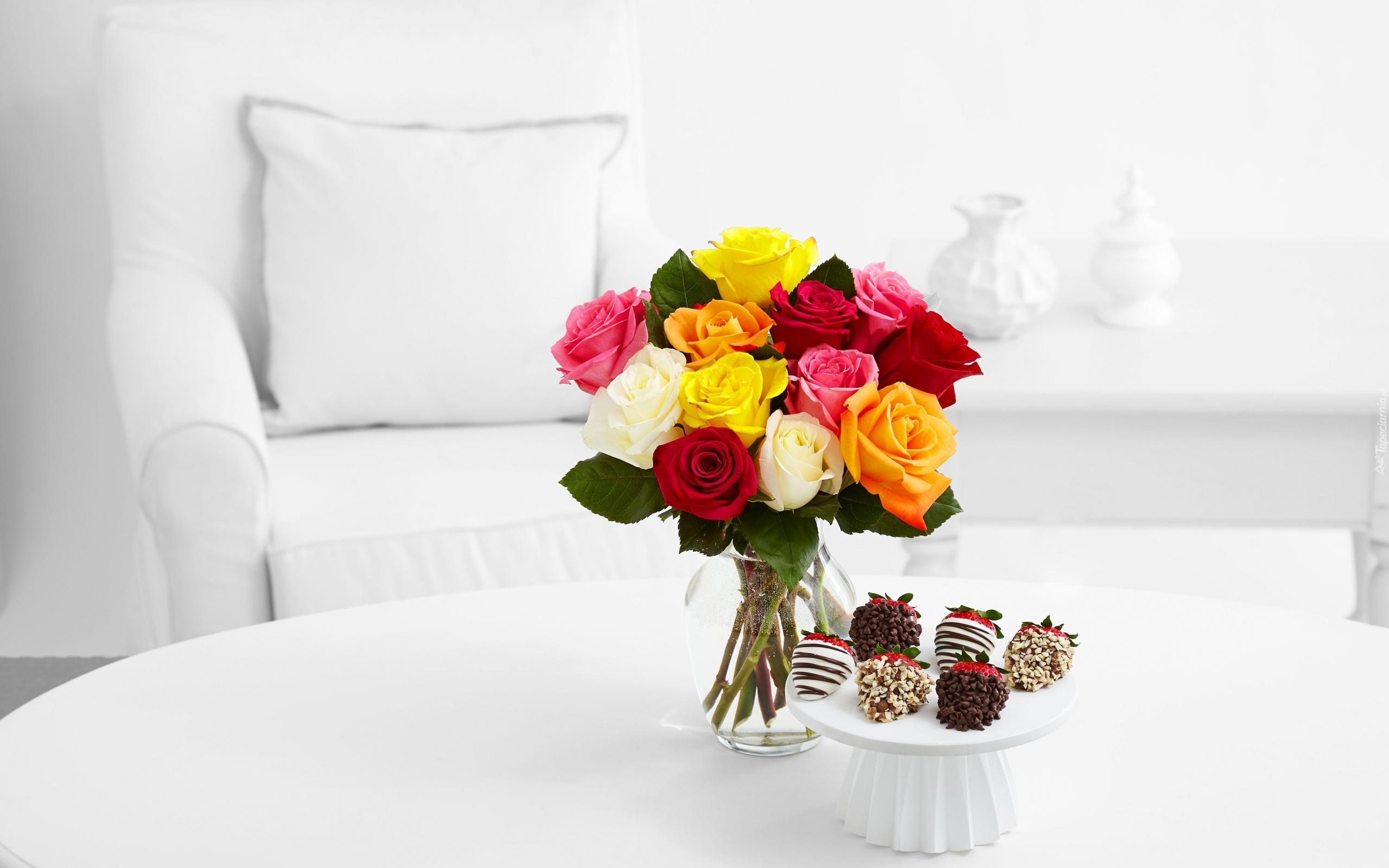 Róże W Wazonie I Patera Truskawek W Czekoladzie Na Stole