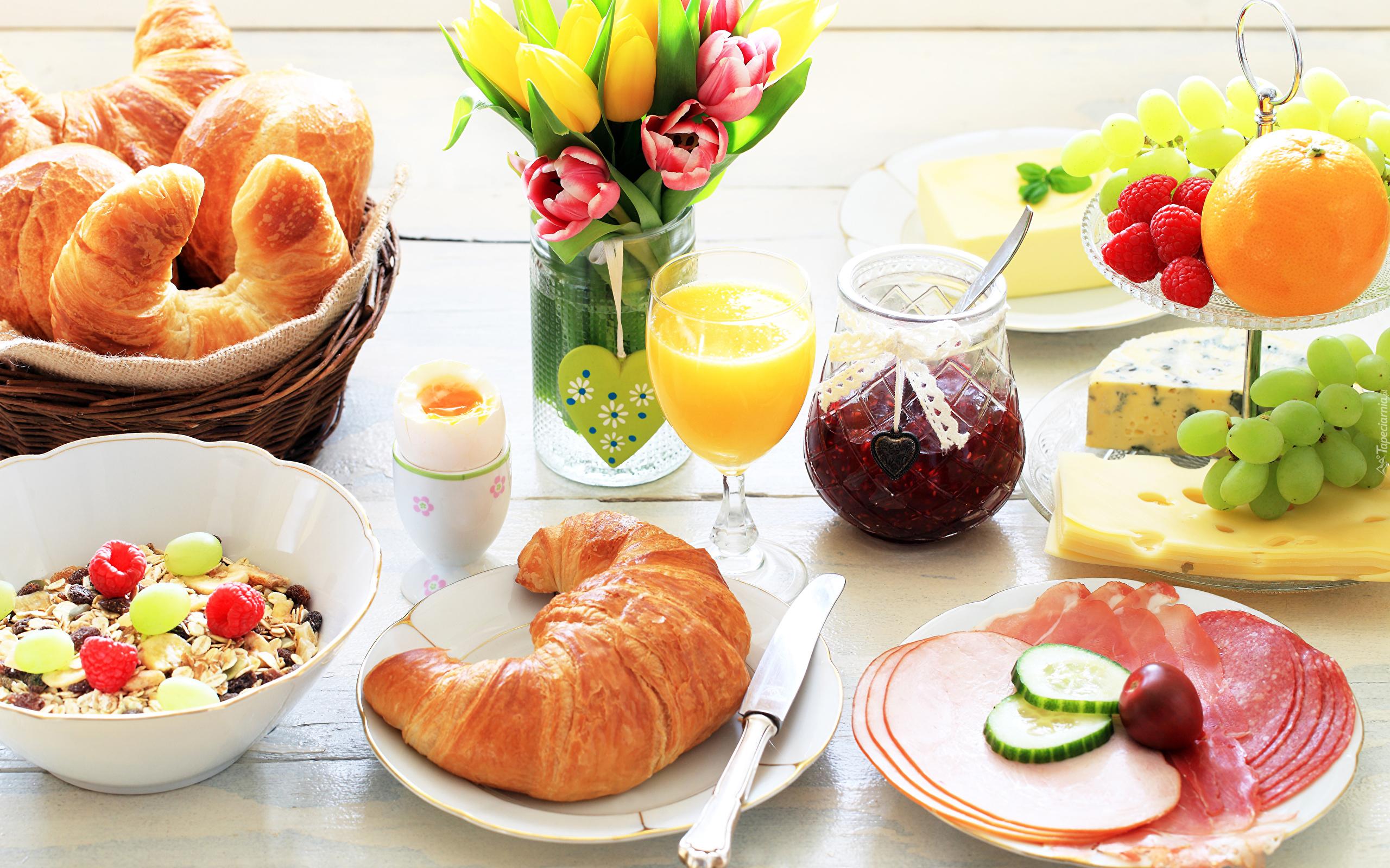 śniadanie I Kwiaty W Wazonie Na Stole