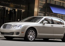 Bentley Continental Flying Spur przed budynkiem