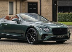 Bentley Continental GT przed domem
