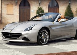Ferrari California na placu